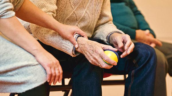 Un remède naturel contre l'arthrose, l'arthrite, les douleurs articulaires et osseuses, c'est SynerThrose, un complément alimentaire Bio créé par Jacques Prunier et l'équipe SynerJ-Health à qui l'ont doit également SynerBoost et AlphaOne (algue bleu-vert de Klamath AFA).